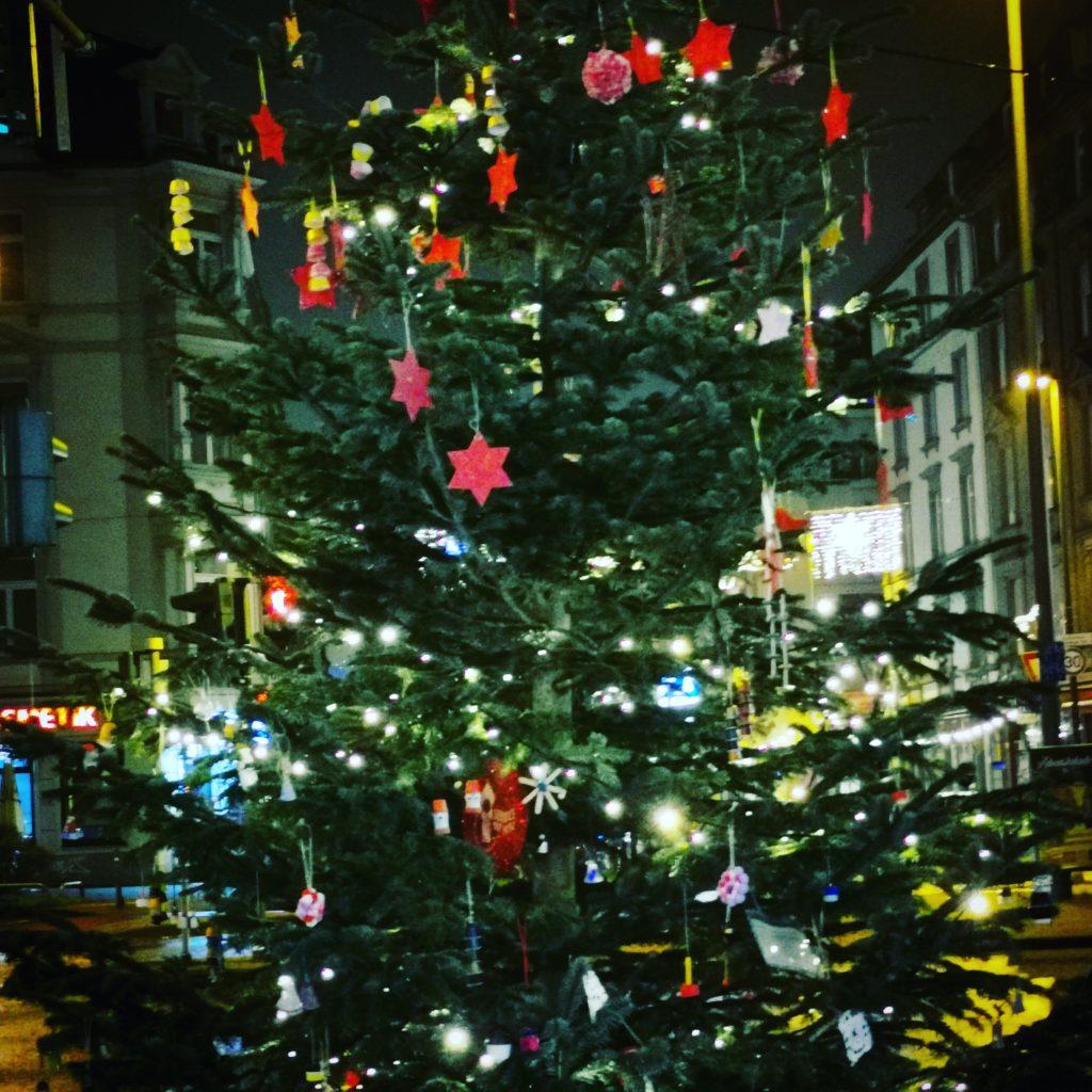 Geschmückter und beleuchteter Weihnachtsbaum an der Höhenstraße